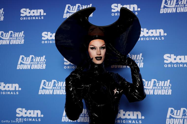 Ha ön nem ismerné ezt a műsort: drag queenek vetélkednek benne, és az egyes évadok folyamán nemcsak öltözködniük kell, hanem énekelniük, táncolniuk, színészkedniük, sőt, akár rappelniük is