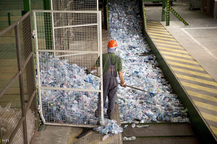 A műanyag palackokat a préseléshez irányítják a szétválogatott, szelektív gyűjtésből származó papír-, műanyag- és fémhulladékból a Fővárosi Közterület-fenntartó Nonprofit Zrt. hulladékválogatójában a Budapesti Faipari Termelő és Kereskedelmi (BUFA) Kft. kőbányai telephelyén 2015. augusztus 5-én
