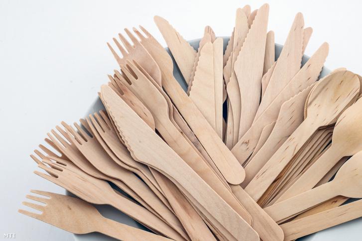 Boltokban vásárolható, fából készült evőeszközök 2019. szeptember 26-án