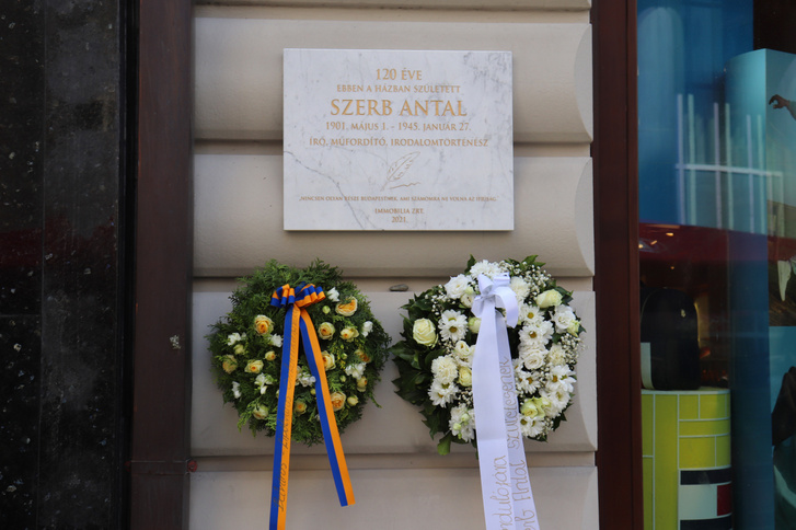 Emléktábla Szerb Antal házának falán