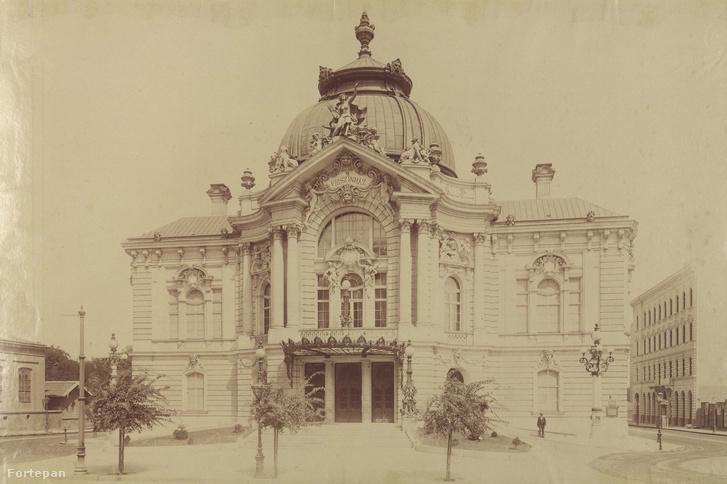 A Vígszínház épülete 1896 körül a Szent István (Lipót) körúton