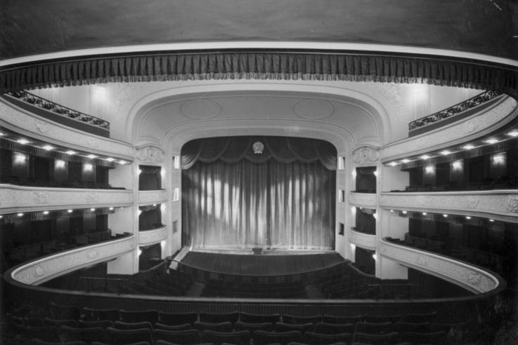Szent István körút, Vígszínház (ekkor a Magyar Néphadsereg Színháza). Nézőtér az újjáépítés utáni megnyitáskor 1951-ben