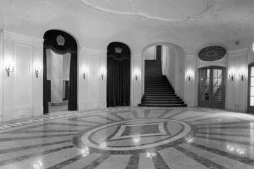 Szent István körút, Vígszínház (ekkor a Magyar Néphadsereg Színháza). Földszinti előtér az újjáépítés utáni megnyitáskor 1951-ben