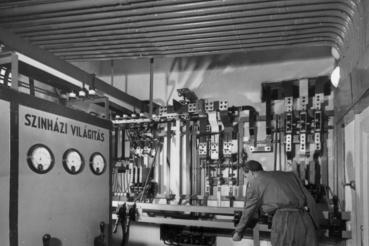 Szent István körút, Vígszínház (ekkor a Magyar Néphadsereg Színháza). A színházi világítás elosztóközpontja az újjáépítés utáni megnyitáskor 1951-ben