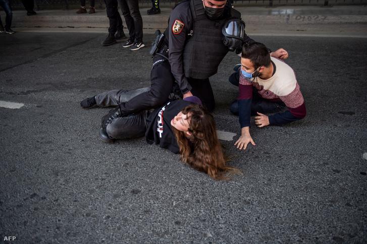 Tüntetőket teper földre egy török rendőr Isztambulban 2021. május 1-jén