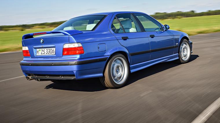 1994-ben, tehát két évvel a kupé bemutatása után érkezett meg az E36 M3-as négyajtós változata, hogy betöltse az űrt, ami az E34 és E39 M5 között maradt