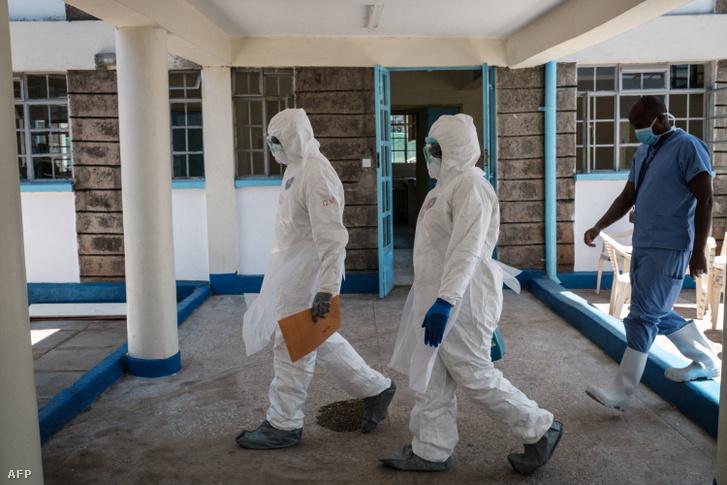 Védőfelszerelést viselő orvosok Nairobiban, Kenyában2020 március 15-én