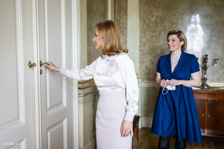 Herczegh Anita Kitzinger Szonját, az Index főszerkesztő-helyettesét kalauzolja a Sándor-palotában