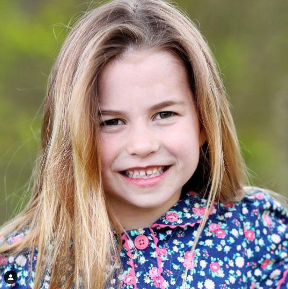 Charlotte már kész kis hölgy friss, szülinapos portréján.