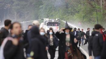 Vízágyúkkal oszlatták a tüntetőket Brüsszelben