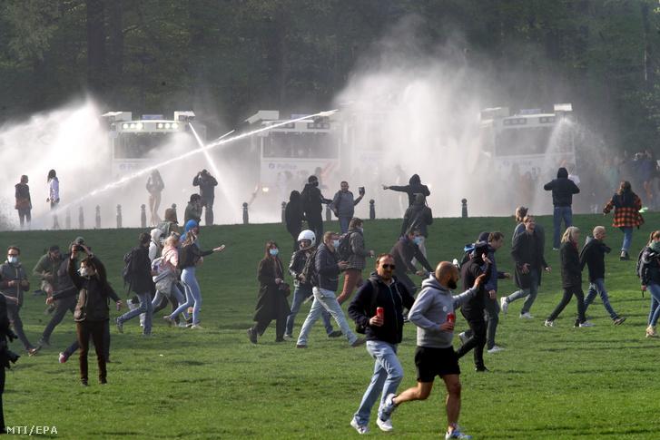A koronavírus-járvány miatt bevezetett korlátozások ellen tiltakozókat vízágyúval oszlatja a rendõrség egy nem engedélyezett tüntetésen Brüsszelben 2021. május 1-jén.