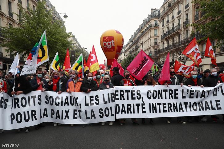 A francia szakszervezetek által a munka ünnepének alkalmából tartott párizsi tüntetés 2021. május 1-jén.