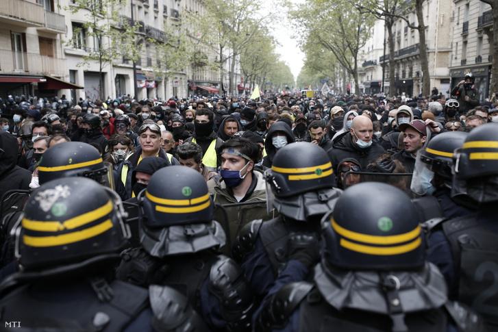 A munka ünnepének alkalmából tüntetõket feltartóztatják rohamrendõrök Párizsban 2021. május 1-jén.