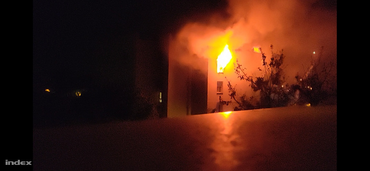 Olvasónk fotója a X. kerületi társasházi tűzről 2021. 05. 01-jén.