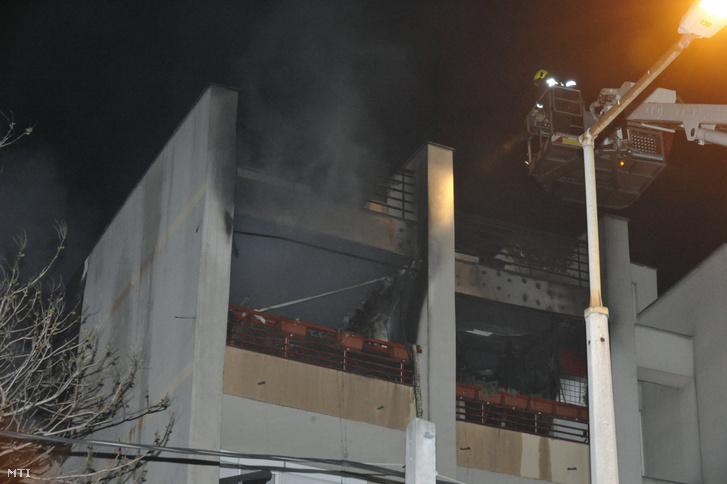 Tûzoltók dolgoznak egy társasház negyedik emeleti lakásában keletkezett tûz oltásán a X. kerületi Harmat utcában 2021. május 1-jén. A tûzoltók tizenegy embert menekítettek ki a házból. A helyszínre kilenc mentõegység érkezett 12 személyt helyszíni ellátásuk után füstmérgezés gyanúja miatt toxikológiai osztályra szállítottak.