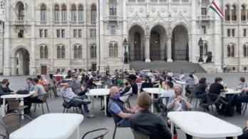 Teraszt nyitott a Momentum a Kossuth téren