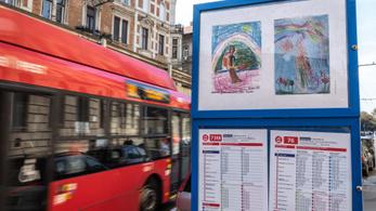 Gyermekrajzok várják az utasokat anyák napja alkalmából
