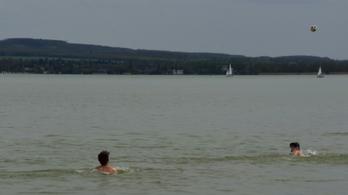 Néhányan már megfürödtek idén a Balatonban