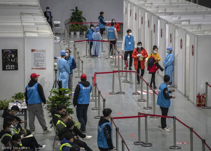 Emberek várnak aCOVID-19 vakcina beadására 2021. január 15-én Pekingben
