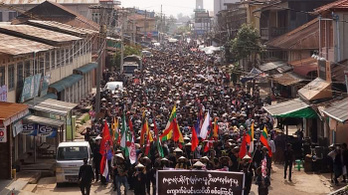 Forradalmat sürgetnek a tüntetők Mianmarban