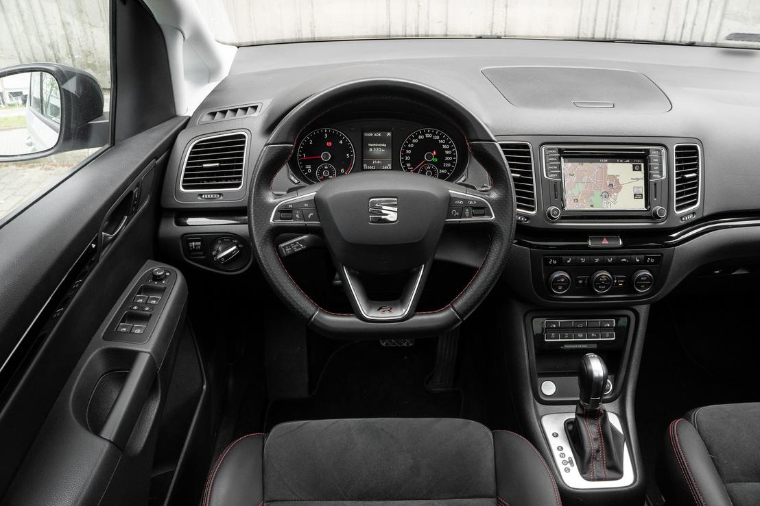 Teljesen VW a vezető környezete, csak a jelvény Seat - és tökéletesen újszerű a negyedik évét taposó autóban