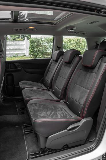 A második üléssor ülései külön tologathatók sínen, külön dönthetők, és egy kicsit még a háttámlák is állíthatók, ha aludna az utas