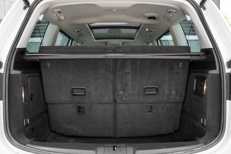 A Seat 267 literre, a VW 300-ra becsüli a 7 üléses konfiguráció mögötti maradék rakteret, ami mély - egy nagybevásárlásra még éppen elég