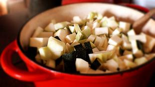 Ez az édeskés, vegán karalábéfőzelék egy gyors, petrezselymes fasírttal a legfinomabb