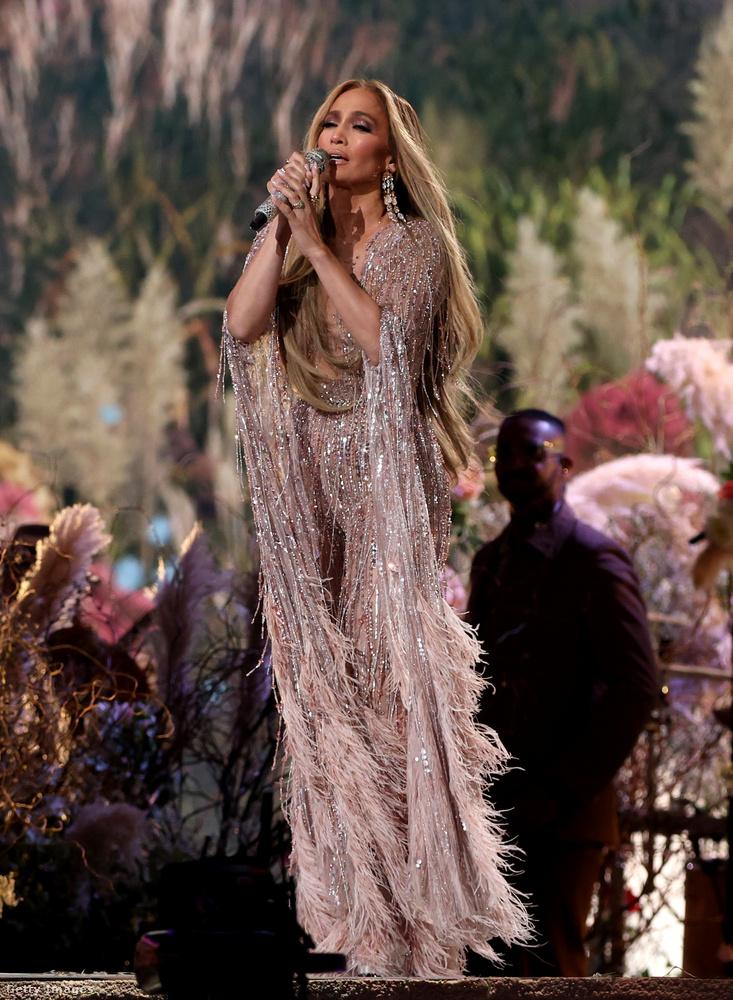 És most vissza Lopezre, és a címben jelzett látványra: az énekesnő többféle fellépőruhában is adott elő dalokat,
