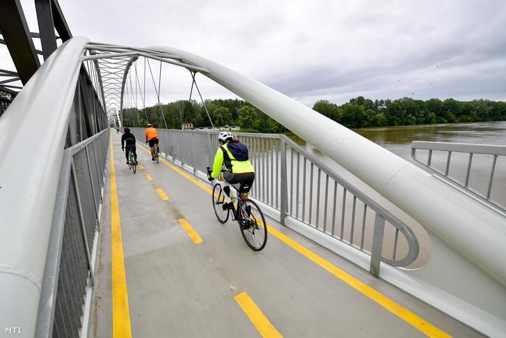 Kerékpározók a Tiszafüred és Poroszló között megépült kerékpárút Tiszán átvezető szakaszán az átadás napján 2020 június 20-án