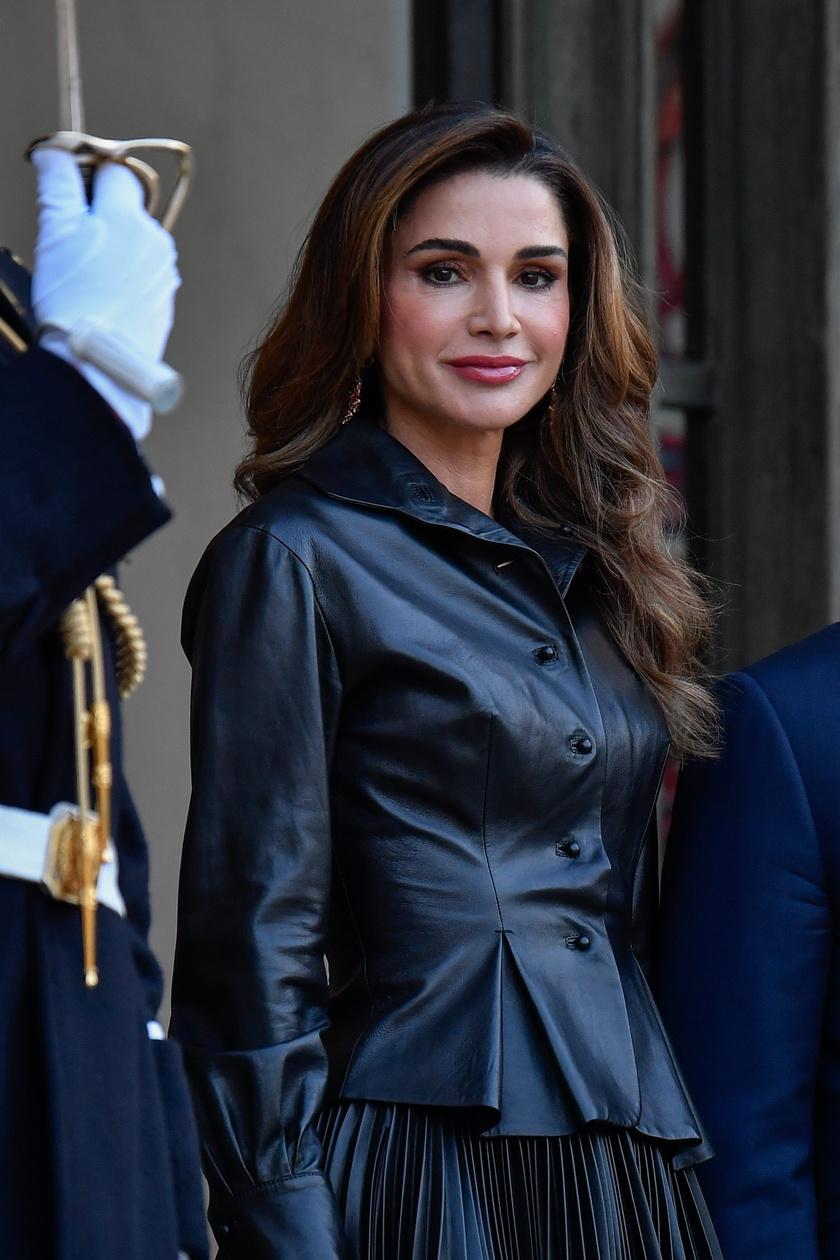 Ránija szépségéről és fiatalosságáról alattvalói is ódákat zengnek. A jordán királyné éppúgy élvezi a nép szeretetét, mint Katalin.