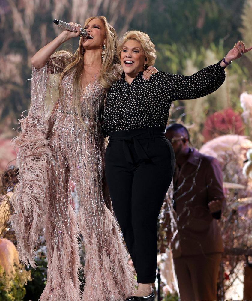 Jennifer Lopez egy Zuhair Murad kreációban énekelt édesanyja oldalán.