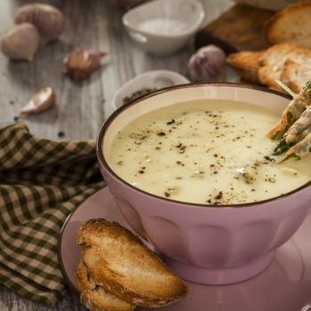 Selymes, tejszínes spárgakrémleves: burgonyától lesz laktató