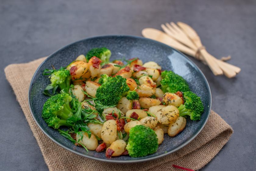 Olasz, fokhagymás krumplinudli: ropogós baconnel és brokkolival tálalva