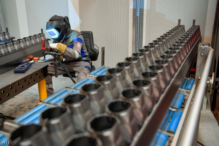 Egy dolgozó hegeszt egy csomagolás- és italtöltő technikával foglalkozó német gépgyártó vállalat új gyárában Debrecen déli ipari övezetében