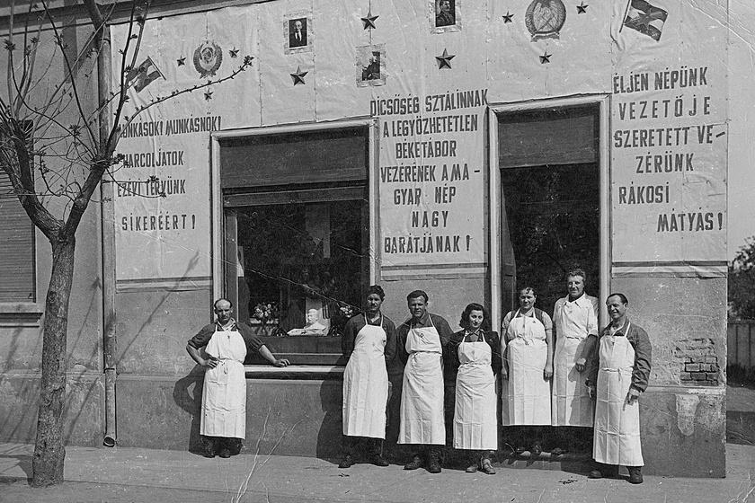 A dombóvári volt Heckmann-hentesüzlet május 1-i dekorációja 1952-ből. A kirakatban még egy Sztálin-mellszobrocska is helyet kapott.