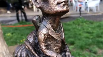 Miniszobrot állítottak Cipő emlékére Ungváron