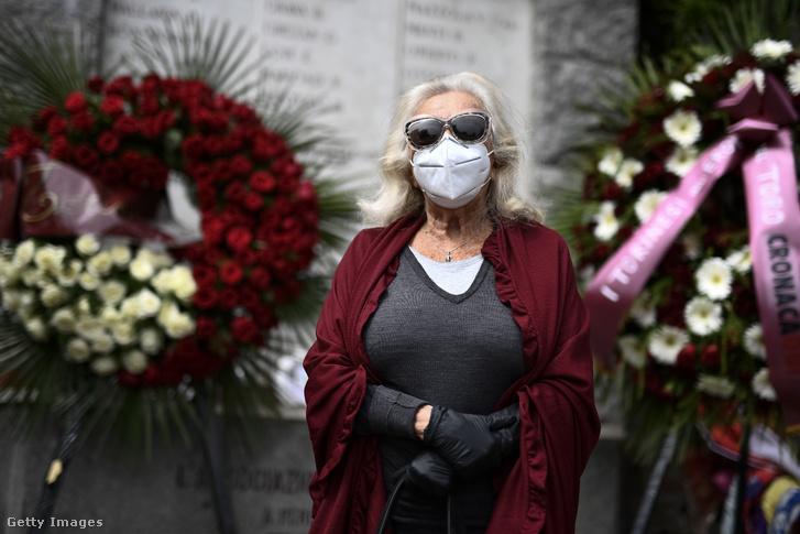 Susanna Egri a tragédia helyszínén állított emlékmű előtt