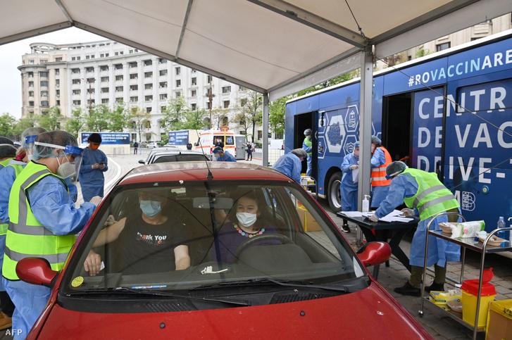 Autós oltópont Bukarestben 2021. április 29-én