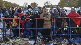 A médiafigyelemtől távol ezrek és ezrek lépik át Olaszország határát