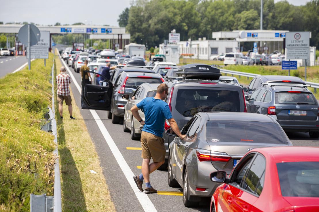 Várakozó autósok az M7-es autópályán a magyar-horvát határátkelő előtt Letenyénél 2020. július 11-én