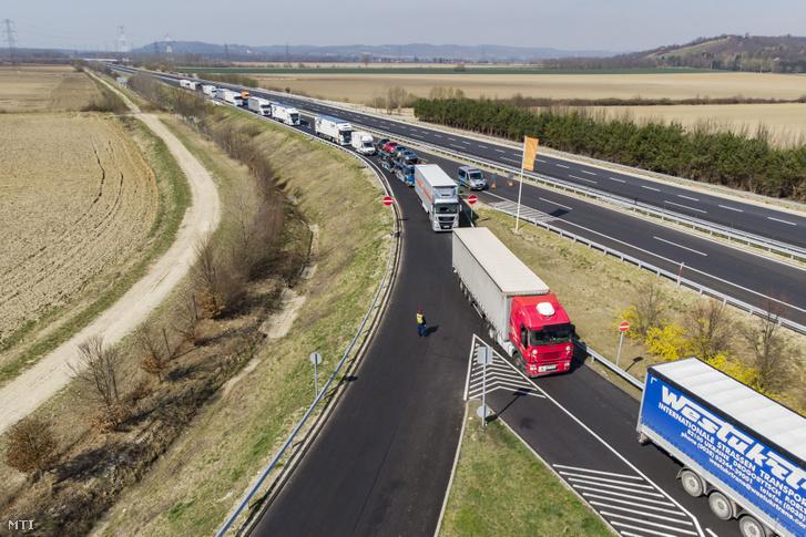 Szlovénia felől érkezõ kamionok a magyar-szlovén határ közelében az M70-es autópálya csörnyeföldi pihenőhelyénél 2020. március 17-én