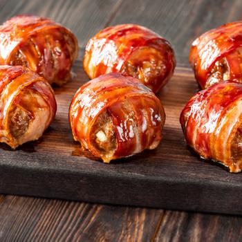 Baconnel körbetekert, sajttal töltött fasírtgolyó: sütőben készül a finomság
