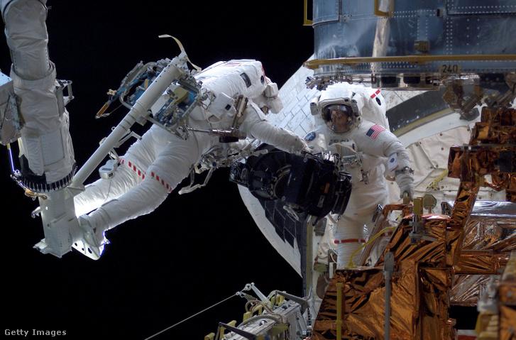 Michael J. Massimino űrhajós lebeg a Columbia űrrepülőgép rakterén 2002. március 5-én