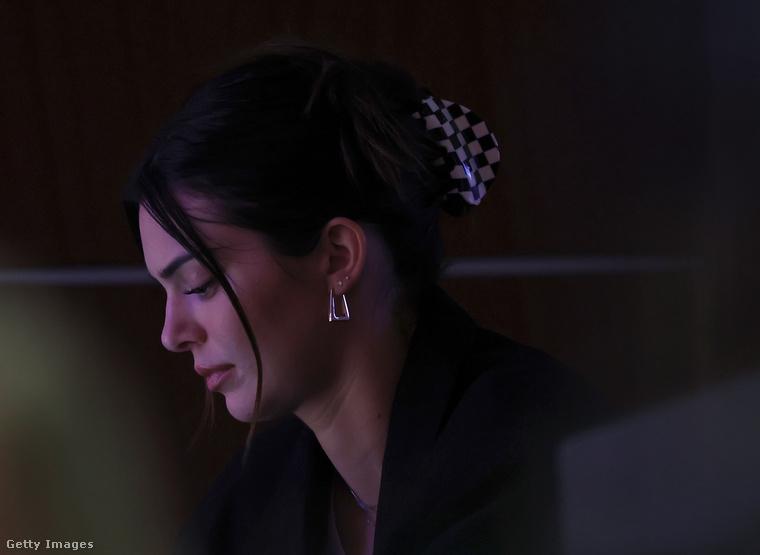 Kendall Jenner modell három napon belül két ember ellen is kapott végzést, de ez sem nyugtatta meg, és kiköltözött Beverly Hills-i házából.Maik Bowkernek az volt a terve, hogy átautózza az országot, fegyvert szerez, és lelövi őt.