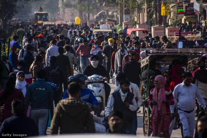 Védőmaszkot viselő emberek 2020. december 19-én Delhiben, Indiában