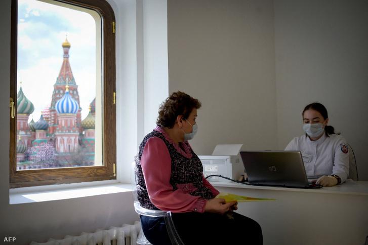 Kérdőívet tölt ki egy egészségügyi dolgozó oltás előtt Moszkvában