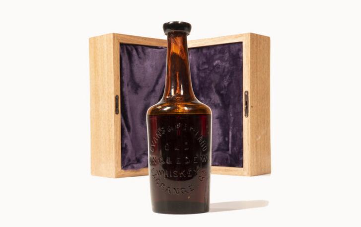 Egy üveg The Old Ingledew, a világ legrégebbi whikey-je.