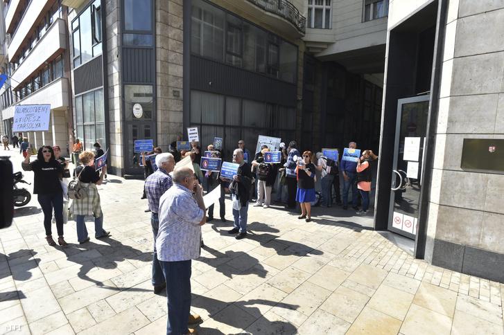 Quaestor-károsultak demonstrálnak az V. kerületi kormányablak előtt 2017. április 3-án