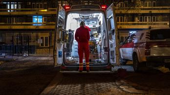 Megfenyegették a budapesti mentőst, aki segített egy patakból kihúzott részeg férfin